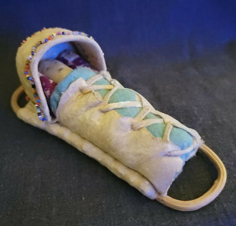 """6.5"""" VTG 1930-1950 ERA APACHE PAPOOSE SUEDE DOLL IN BEADED CRADLEBOARD TOY"""