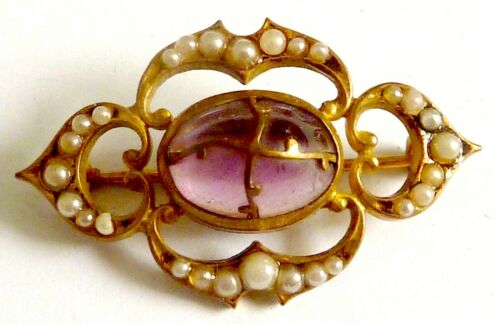 AN EDWARDIAN GOLD TONE BROOCH WITH SIMULATED PEARLS & PURPLE GLASS STONE