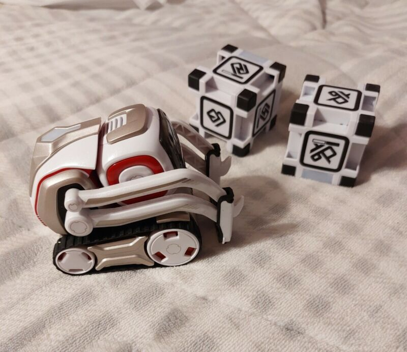 ANKI Cozmo Robot with 2 Cubes NO Charger can