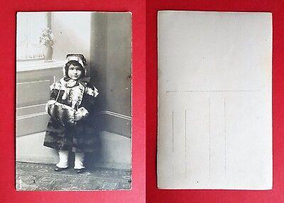 Foto AK Mädchen im Pelzmantel mit Muff Kinder Typen Winter    ( 22526 ()