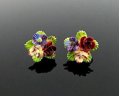 alte, bezaubernd schöne Porzellan Rosen und Stiefmütterchen Ohrschrauben