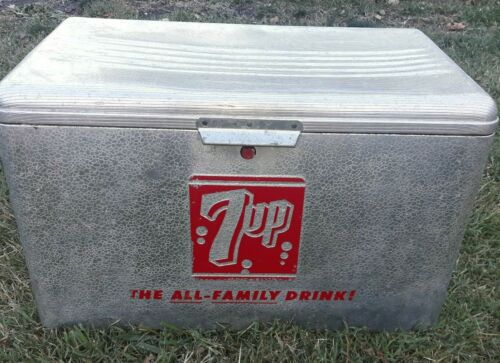 VINTAGE 7UP THE ALL-FAMILY DRINK ALUMINUM COOLER ICE CHEST