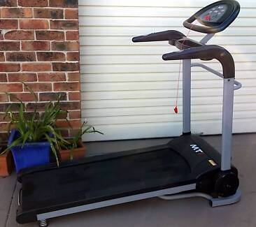 treadmill motorized with programs very good condition Confidence