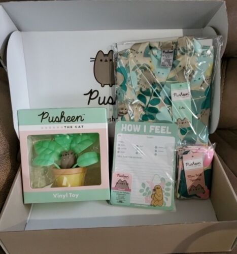 Pusheen Box Spring 2020 - XS-M Robe, Plant figure, Notepad, Tapestry, Box -NEW