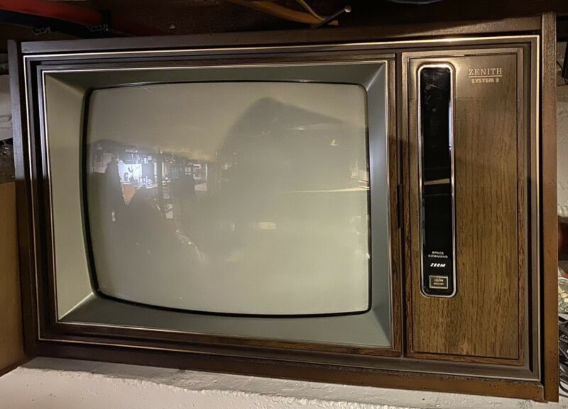 "VTG ZENITH SYSTEM 3 SPACE COMMAND Zoom 19"" COLOR SENTRY TELEVISION W/ 2 Remotes"