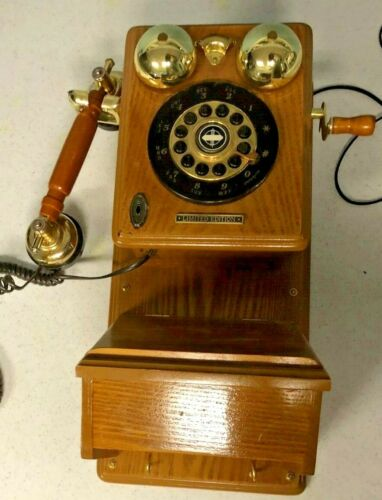 Oak old-fashioned telephone reproduction