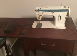 * Singer Fashion Mate Sewing Machine with folding table