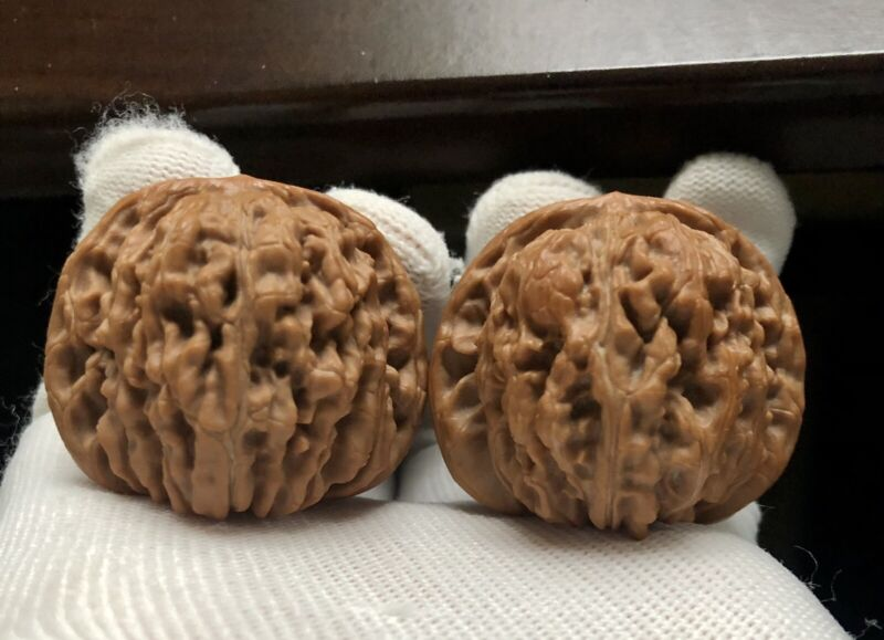 Pair of  Match Chinese Health Walnut 41×38×38mm 精配大尺寸四座楼