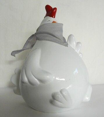 Poule blanche assise avec foulard - H. 20 cm , en céramique. Neuf