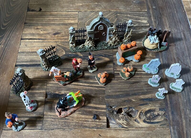 Lemax Holloween Spooky Town 18 Pieces 3 Characters Refurbished