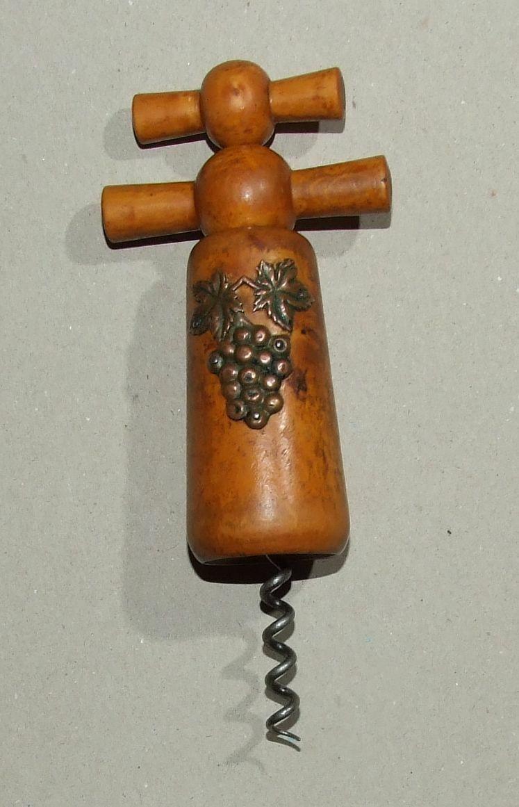 Tire bouchon à cloche ancien en bois verni avec grappe de raisin en cuivre