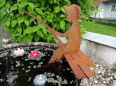 Großer Angler aus Metall, sitzend auf Steg, mit Schnur und Haken, Teich, 42 cm