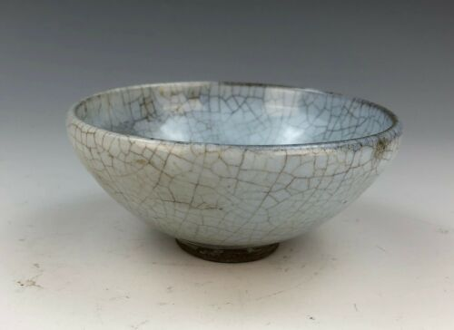 A CHINESE CRACKLED GUANYAO PORCELAIN BOWL