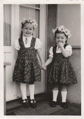 Foto Mädchen mit Margariten im Haar feine Kleidchen