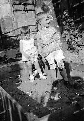 negativ-1933-Cute Boy-Girl-Knabe-sandkasten-Teen-Kinder-spielen-Thüringen-7 (Cute Teen Boy)