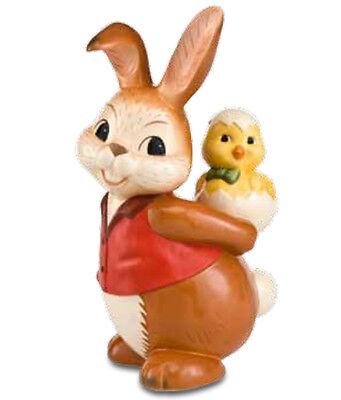 Goebel Hase Huckepack mit Küken 26 cm groß rote Weste Ostern stehend