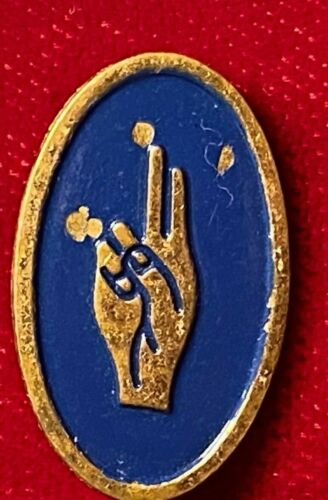 """Brownie Scouts Of America Hand Honor Salute Safety Pin Tie Lapel 1"""" Vintage"""