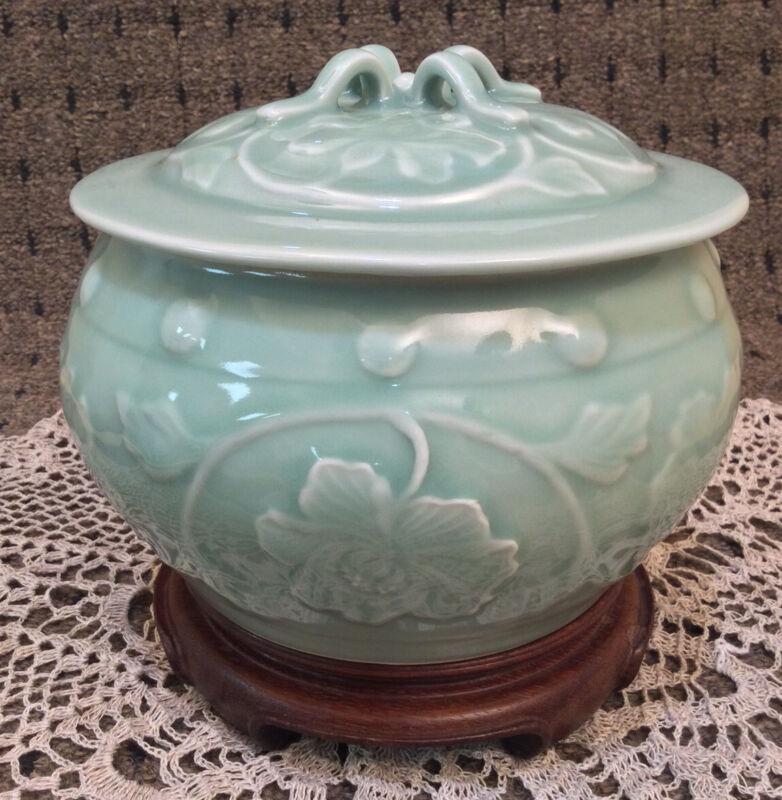Chinese Porcelain Celadon Ginger Jar 6.25'' Tall & 7.5'' Dia.