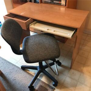Petit bureau d'ordinateur avec chaise