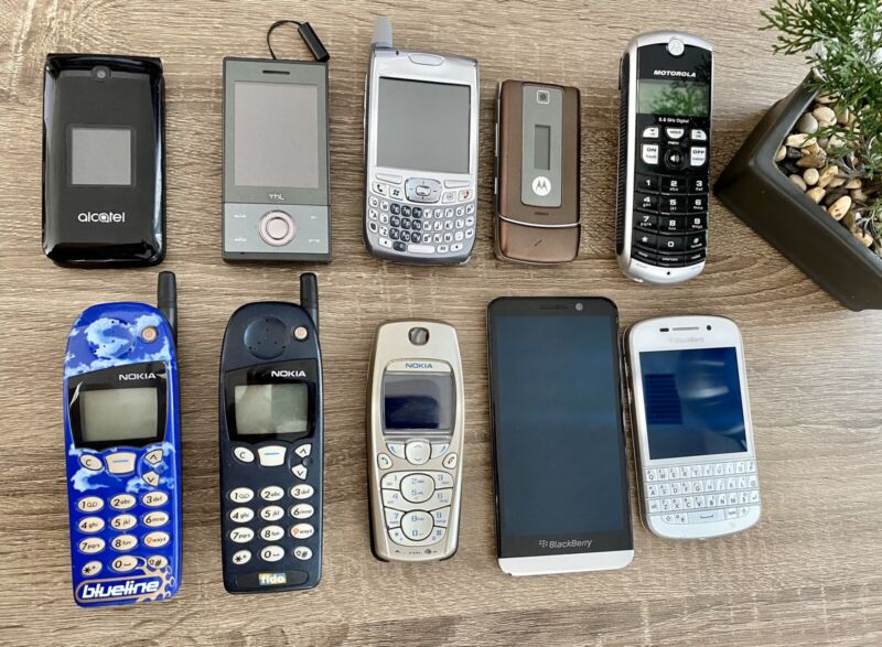 Lot of Old Cell Phones ( NOKIA, MOTOROLA, PALM, BLACKBERRY, ALCATEL, THL)