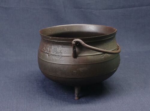 COLONIAL AMERICAN OR EARLY FEDERAL ANTIQUE CAST IRON FOOTED POT ca. 1770.