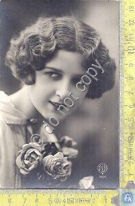 Cartolina-Postcard-Signora-con-pettinatura-d-039-epoca-e-fiori-1928