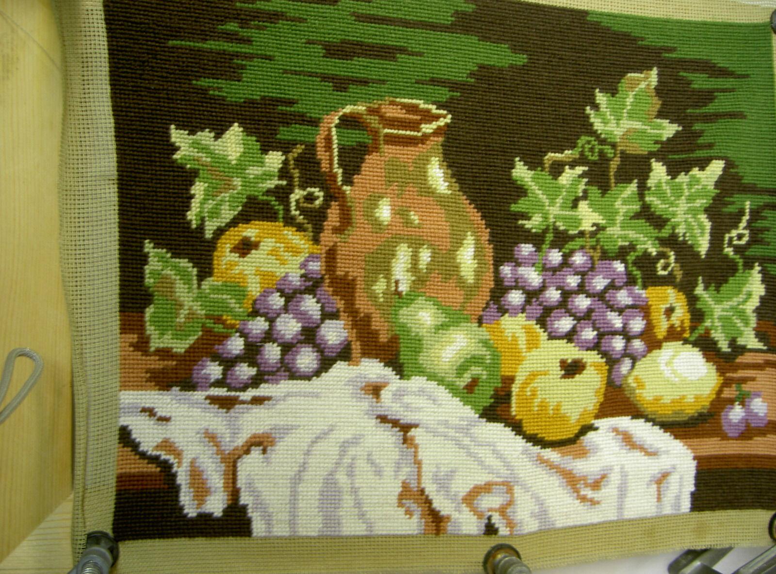 FERTIGES STICKBILD OHNE Rahmen; Kanne mit Weintrauben und Äpfel 23 ...