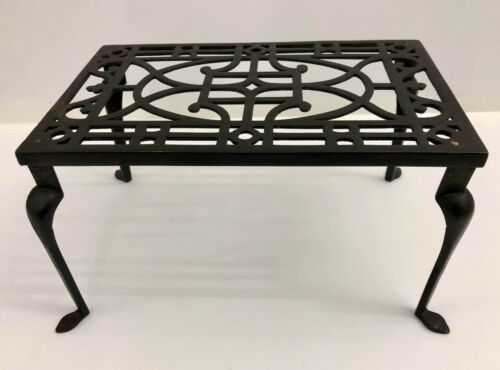 IRON TRIVET cast iron with a Queen Anne spade feet. English cooking accessory