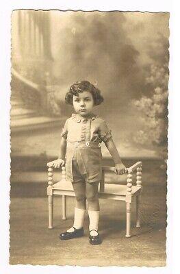CPA n&b Photo - petit enfant appuyé à un banc (photographe R. Cuylits, Marchienn tweedehands  verschepen naar Netherlands