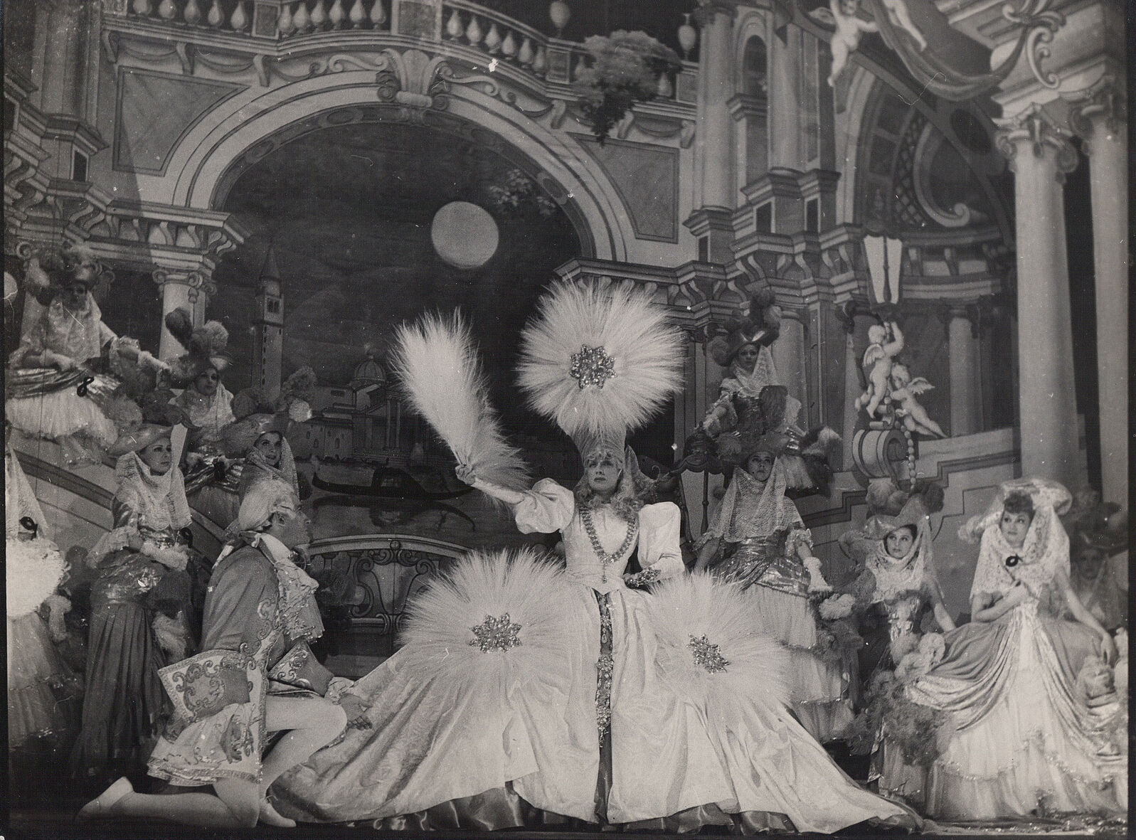 Ca s'est passé en mai ! Theatre-des-Folies-Bergeres-Revue-decor-Annees-_57