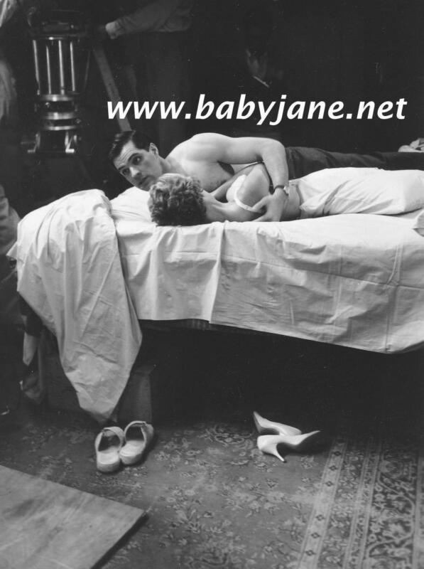 011 PSYCHO JOHN GAVIN HOLDS JANET LEIGH IN BED PHOTO
