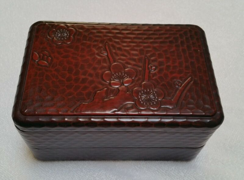 Japanese Lacquerware Bento Box with Sculpted Lid
