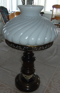 Belle lampe antique en bois