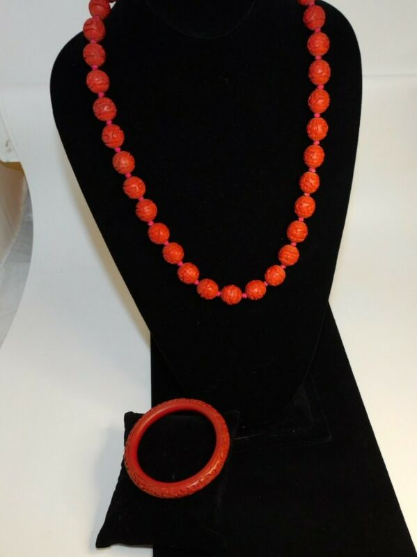 VINTAGE SET OF CHINESE CARVED RED CINNABAR BANGLE BRACELET AND BEADED NECKLACE