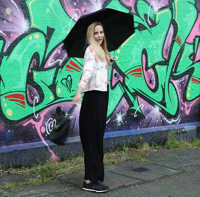 Die perfekte Kombi aus stylisch und elegant: Geblümter Blazer, schwarzer Maxirock und Nike-Sneaker. (© Sarah Sommer)