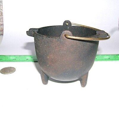VINTAGE MINIATURE CAST IRON POT CAULDRON ASHTRAY  WITH HANDLE
