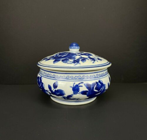 BEAUTIFUL VINTAGE CHINESE BLUE AND WHITE PORCELAIN TUREEN LIDDED BOWL!