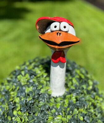 Huhn mit Basecap Baseballmütze Chicken Gartenstecker Gänsehals Heckengucker