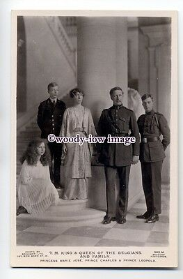 r0856 - King Albert & Queen Elisabeth of Belgium with their children - postcard