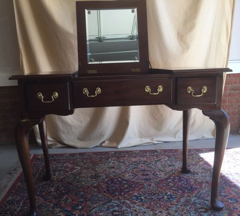 HENKEL-HARRIS Mahogany Powder or Vanity Table (No. 2704)