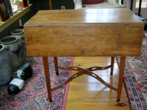 18th/19th CENTURY NEW ENGLAND PEMBROKE TABLE