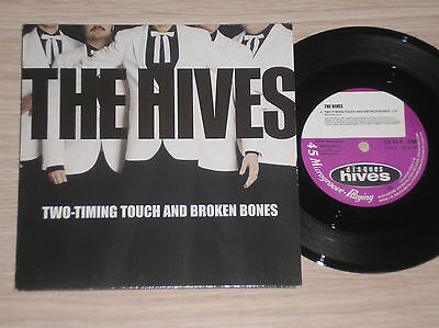 THE HIVES - TWO-TIMING TOUCH AND BROKEN BONES / BORN TO CRY - 45 GIRI (The Hives Two Timing Touch And Broken Bones)