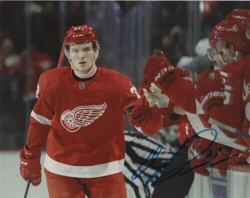TYLER BERTUZZI AUTOGRAPHED DETROIT RED WINGS 8X10 PHOTO #2 ROAD ACTION