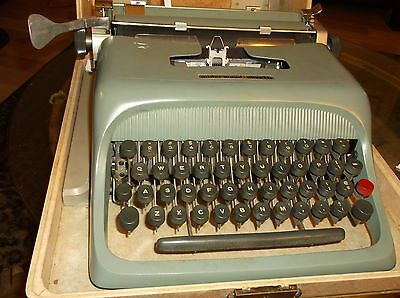 Antique Late 1960s Olivetti-underwood Manual Portable Typewriter