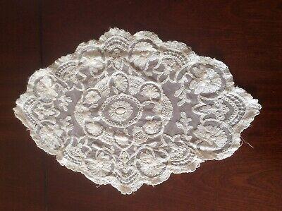 Delightful oval lace doilie (B8)