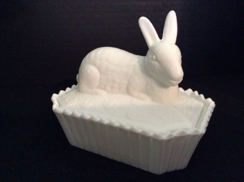 Vintage Westmoreland Milk Glass Bunny Rabbit On Picket Fence Candy Box Dish