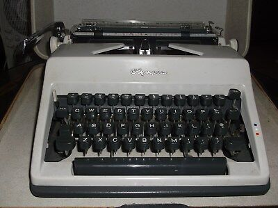 Olympia Vintage 1960s Sm-9 Manual Typewriter With Carrying Case