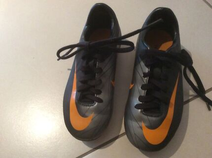 NIKE kids football boots size US 11 / 17 cm