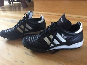 Adidas Mundial soccer turf shoes, pour gazon synthétique