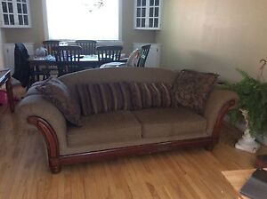 Nice couch. In excellent shape.
